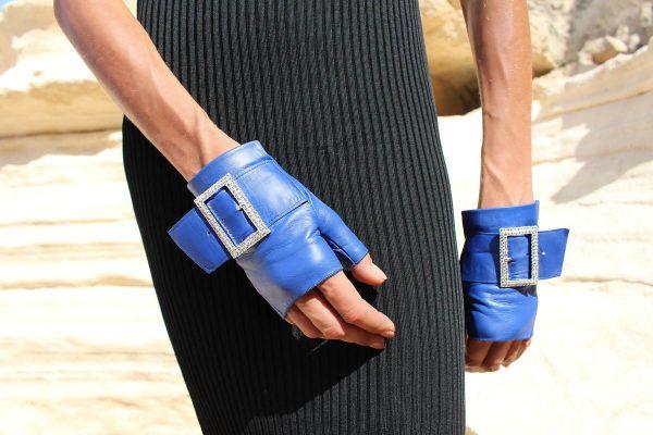 mitones-guantes-piel-cuero-hebilla-piedras-strass-Audrey-azulán-azúl-Armèlle-Spain-3